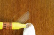 Обернуть указательный палец хлопковой тканью, смочить её каплей из Тонирующего фломастера и закрасить натир (можно воспользоваться также Текстурным фломастером или просто Морилкой