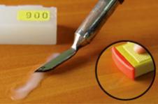 Залить углубление прозрачным Твёрдым воском с помощью Плавителя. Использование Электрического плавителя с плоской насадкой облегчает разравнивание. Избыток воска до полного отверждения удалить Воск-шпателем (161500), Лак- рубанком (163000) или же Лак-штихелем