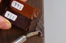 Подобрать несколько тонов Твёрдого воска, подходящих к цвету поверхности (светлее, средний, темнее), набрать кончиком Плавителя порцию от каждого воска. Залить смесь восков в скол